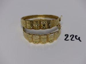 2 bracelets rigides ouvrants motif central ouvragé (petit choc sur 1, diamètre 5,5/6cm). PB 18,6g