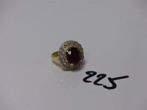 1 bague en or rehaussée d'une pierre rouge entourage petites pierres blanches (td50). PB 9,3g