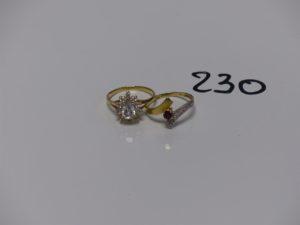 2 bagues en or (1 ornée de petites pierres blanches td52 et 1 motif central bicolore ornée d'une pierre rouge td53). PB 4,1g