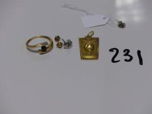 1 bague en or ornée d'une petite pierre bleue et 2 petits diamants (td52), 1 médaille de la Vierge en or, 1 petite boucle à décor d'une étoile ornée d'une petite pierre et 1 boucle en or ornée d'une pierre (manque système). PB 5,8g (+ fermoir en métal)