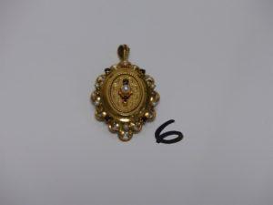 1 pendentif/broche en or rehaussée de petites perles et pierres couleur grenat (H5cm). PB 8,9g