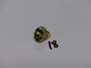 1 bague monture ouvragée en or rehaussée d'1 motif central mobile ou reversible orné d'1 pierre cabochon style oeil de tigre et d'1 pierre cabochon verte (Td49). PB 9,1grs