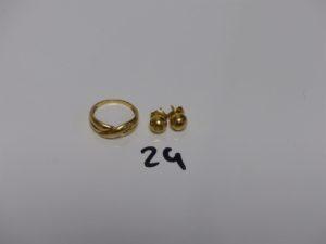 1 bague en or motif central croisé (Td52) et 1 paire de boucles boules en or (cabossées). PB 3,4grs (+2 fermoirs en métal)