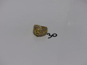 1 chevalière en or à décor d'1 tête de lion entourage petites pierres blanches (Td57). PB 13,3g