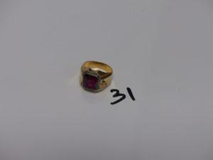 1 chevalière en or et platine ornée d'1 pierre rouge (Td60). PB 7,1grs