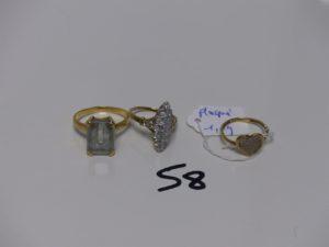 1 bague en or rehaussée d'1 pierre bleue ciel (Td53) PB 5,1grs + 1 bague marquise en alliage 9K ornée de petites pierres (Td52). PB 2,9grs + 1 bague en plaqué or