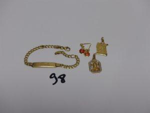 1 bracelet gourmette gravé en or (L16cm) 1 pendentif en or signe du poisson, 1 médaille de la vierge en or et 2 pendants en or à décor d'1 coccinelle (manque systèmes). PB 9grs