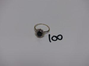 1 bague en or rehaussée d'1 pierre bleue marine entourée de petits diamants (Td62). PB 3,5grs