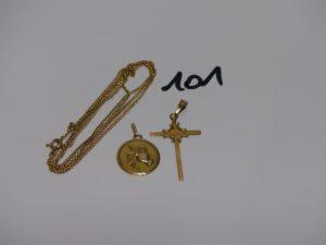 1 chaîne maille gourmette en or (L65cm) 1 croix en or et 1 pendentif en or signe du verseau. PB 7,1grs