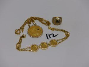 1 ensemble composé d'1 collier (L41cm) d'1 bracelet (L18cm) et d'1 bague (Td49) motif central orné de motif pierres. Le tout en alliage 14K. PB 23,4grs