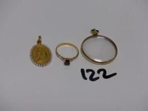 1 bague en or ornée d'une petite pierre bleue marine (td52), 1 médaille de la Vierge en or monture ornée de petites perle et 1 pendentif monture en or centré d'un verre en plexy (4,2g). Le tout 9,1g
