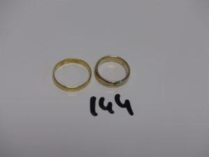 2 alliances en or (1 un peu abimée, td60 et 1 bicolore ornée d'un petit diamant td 53). PB 9,5g