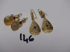 4 pendants en or : 2 rehaussés d'1 pierre rouge et 2 d'1 pierre verte. PB 7,8grs