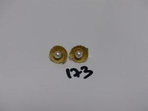 1 paire de boucles en or rehaussée d'1 perle (fermoir à clips). PB 5,1grs