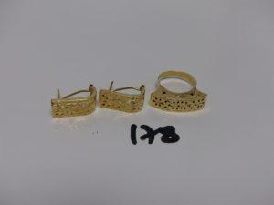 1 bague et 1 paire de boucles assorties en or motif central ouvragé (quelques soudures bas titre Td53). PB 6,4grs