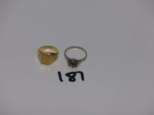 1 chevalière gravée enor (monture fendue, casse Td47) et 1 bague en or chaton central vide (Td53). PB 5,6grs