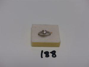 1 bague en platine rehaussée d'1 diamant TL ancienne (environ 0,20cts) épaulé de 2 diamants TL baguette (Td55). PB 4,2grs