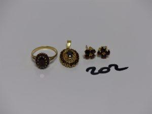 1 bague (Td55) 1 pendentif et 1 paire de boucles. Le tout en or et orné de pierres couleur grenat. PB 8,7grs