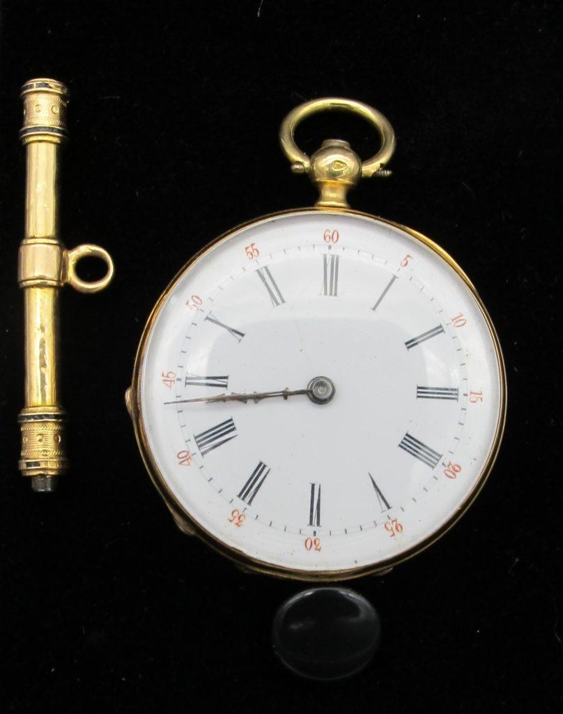 une montre de col en or à clé et une clé remontoir de montre de col en or et acier