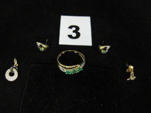 1 bague ornée de 3 pierres vertes (TD 53), 2 clous d 'oreilles ornée d'une pierre erte, 1 pendentif anneaux entrelacés , orné d'éclats de diamant (L 1,5cm) et 1 petite boucle. Le tout en or . PB 3,7g