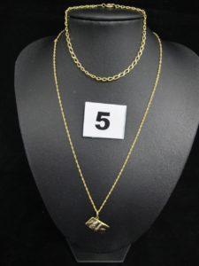 1 pendentif motif livre , 1 chaine fine maille torsadée (L 39cm, 1 noeud) et 1 bracelet maille gourmette (L 17,5cm). Le tout en or. PB 4,3g