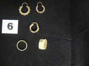 3 créoles (déparaillées), 1 alliance demi jonc (TD 46) et un pendentif plaque à graver (1,7x1,4cm). Le tout en or. PB 5,9g