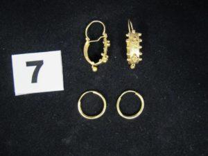 2 boucles créoles (diam 1,5cm), 2 boucles motif boules et pampilles. Le tout en or. PB 2,9g