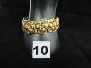 1 bracelet en or, mailles articulées faites de plaques décoratives ouvragées.(L 18cm). PB 34,6g