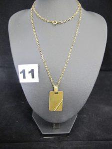 1 pendentif plaque à graver (attache limée), 1 chaine maille forçat (L 57cm, fermoir légèrement cabossé). Le tout en or. PB 14,9g