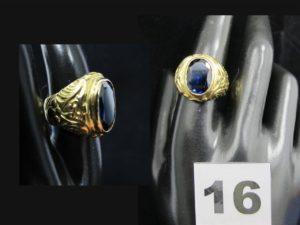 1 chevalière en or ornée d'une pierre ovale bleue (1,3x0,9cm TD 56). PB 25,5g