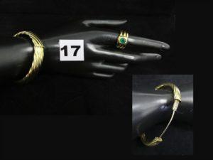 1 bracelet en or rigide ouvrant à décors en relief (6,5x 5cm). PB 32,5g 1 bague métal doré, orné d'une pierre verte (TD 56)