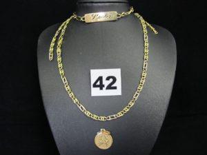 1 médaille décorée de personnages, 1 chaine maille fantaisie (L 55cm maillons usés, chaine cassée) et 1 gourmette gravée (L 19cm). Le tout en or. PB 20,2g