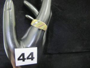 1 chevalière en or à motif tricolore, ornée d'une petite pierre (TD 63). PB 9,4g