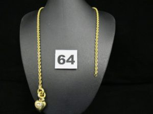 1 collier en or maille corde, orné d'un coeur en son centre (L45cm, cassé). PB 10,5g
