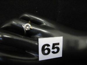 1 bague en or ornée d'une pierre ronde (diam 0,7cm TD 52). PB 1,8g