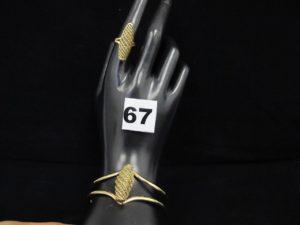 1 bague à motif central à relief ajouré (TD 54) et 1 bracelet rigide ouvert à motif central à relief ajouré (6x5cm) Le tout en or. PB 25,3g