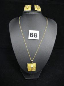 2 clous d'oreilles à motif retangulaire ethnique , 1 pendentif à motif rectangulaire ethnique et 1 chaîne en maille torsadée (L 45cm). Le tout en or.PB 14,6g