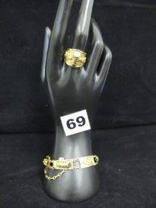 1 bracelet à motif articulé ethnique (L18cm) avec sa chaînette de sécurité, et 1 bague à motif ethnique (réglable TD54 à 64).Le tout en or. PB 25,3g