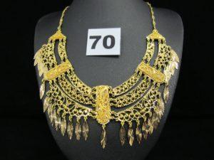 1 collier maille torsadée en or, orné de motifs ajourés, disposés en draperie et rehaussé de pampilles (L 33cm). PB 32g
