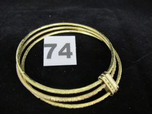 1 bracelet contenant 3 joncs granités tenus par une barrette (Diam 7cm). PB 48,3g