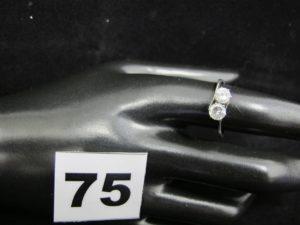 """1 bague """"toi & moi"""" en or rhodié, ornée de 2 pierres blanches (TD 55). PB 2,2g"""