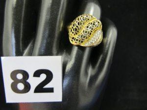 1 bague en or à motif ajouré, ornée de 2 rangées de petites pierres (TD 55). PB 3,2g