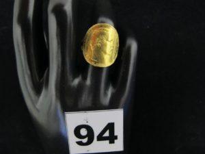 1 Bague en or ornée d'une pièce Napoléon III incurvée (TD 53, soudure bas titre sur la monture). PB 7,7g