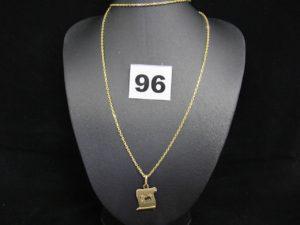 """1 chaine maille forçat (L60 cm) et 1 pendentif parchemin """"signe du Lion"""". Le tout en or. PB 7,4g"""