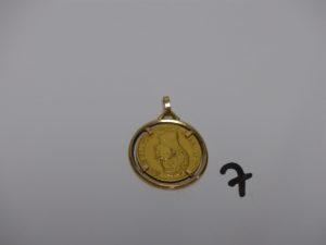 1 pendentif en or serti-griffes une pièce de 40frs Charles X 1828A. PB 18,1g