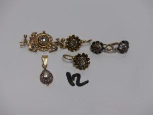 1 Lot en or et argent (2 paires de boucles, 1 pendentif et 1 broche). Le tout orné de diamants Tl rose. PB 13,7g