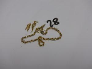 1 bracelet maille corde en or (très abimé, casse) et 2 petits pendentifs en or (1 haricot, 1 main). PB 4,1g
