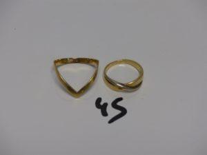 1 bague en or monture bicolore (Td57) et 1 bague en or à décor d'1 'V' (Td68). PB 7,2g