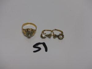 1 bague (Td56) et 2 boucles en or ornées de petites pierres. PB 5g