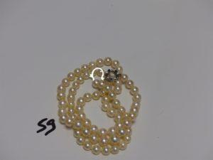 1 collier de perles fermoir en or et orné de petits diamants et saphirs (L68cm). PB 58,3g